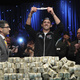 Cada levanta o bracelete 2 Mesa Final WSOP.jpg